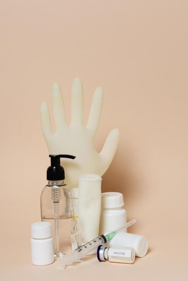 productos sanitarios sobre fondo bronceado foto