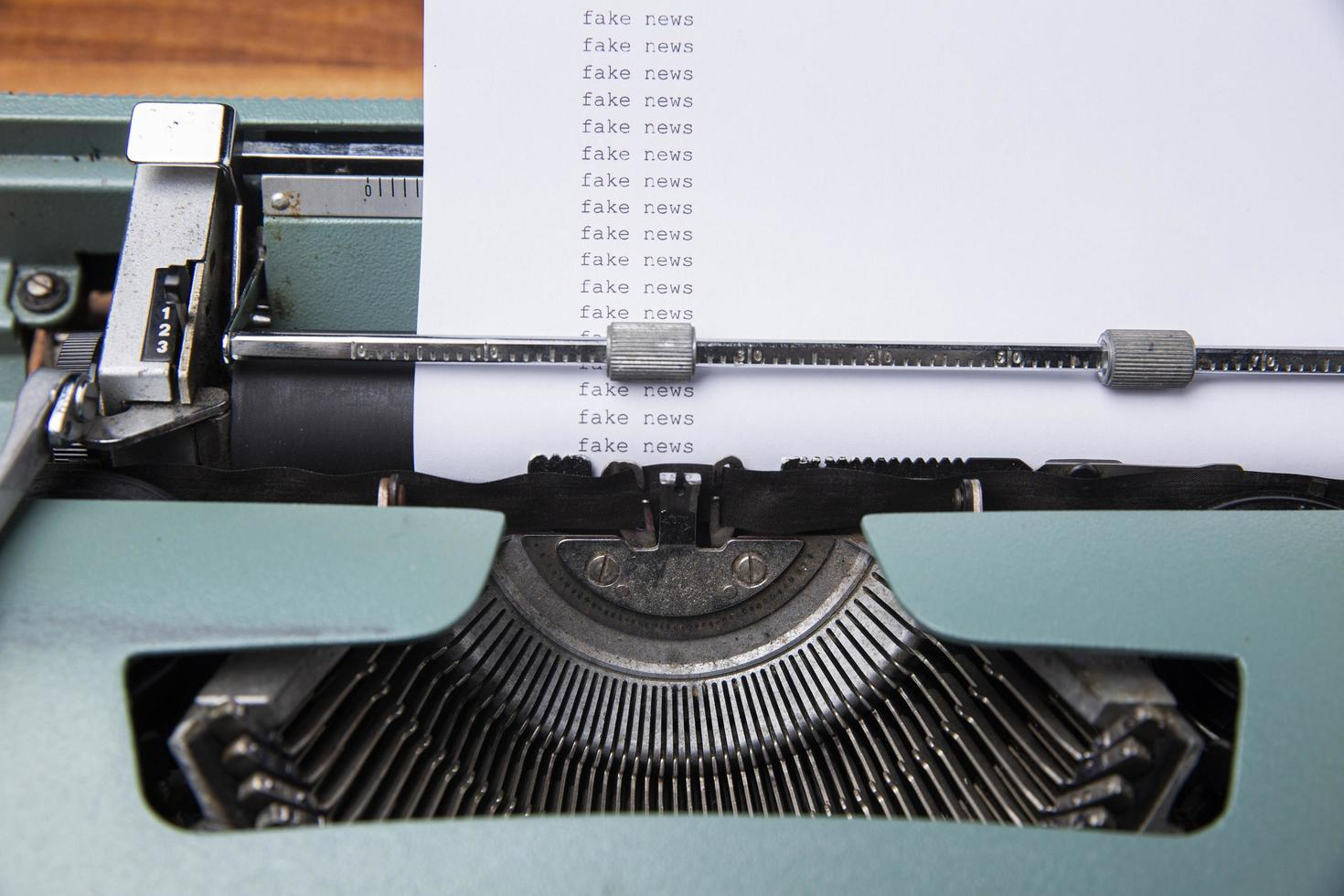 concepto de noticias falsas, escrito en máquina de escribir foto