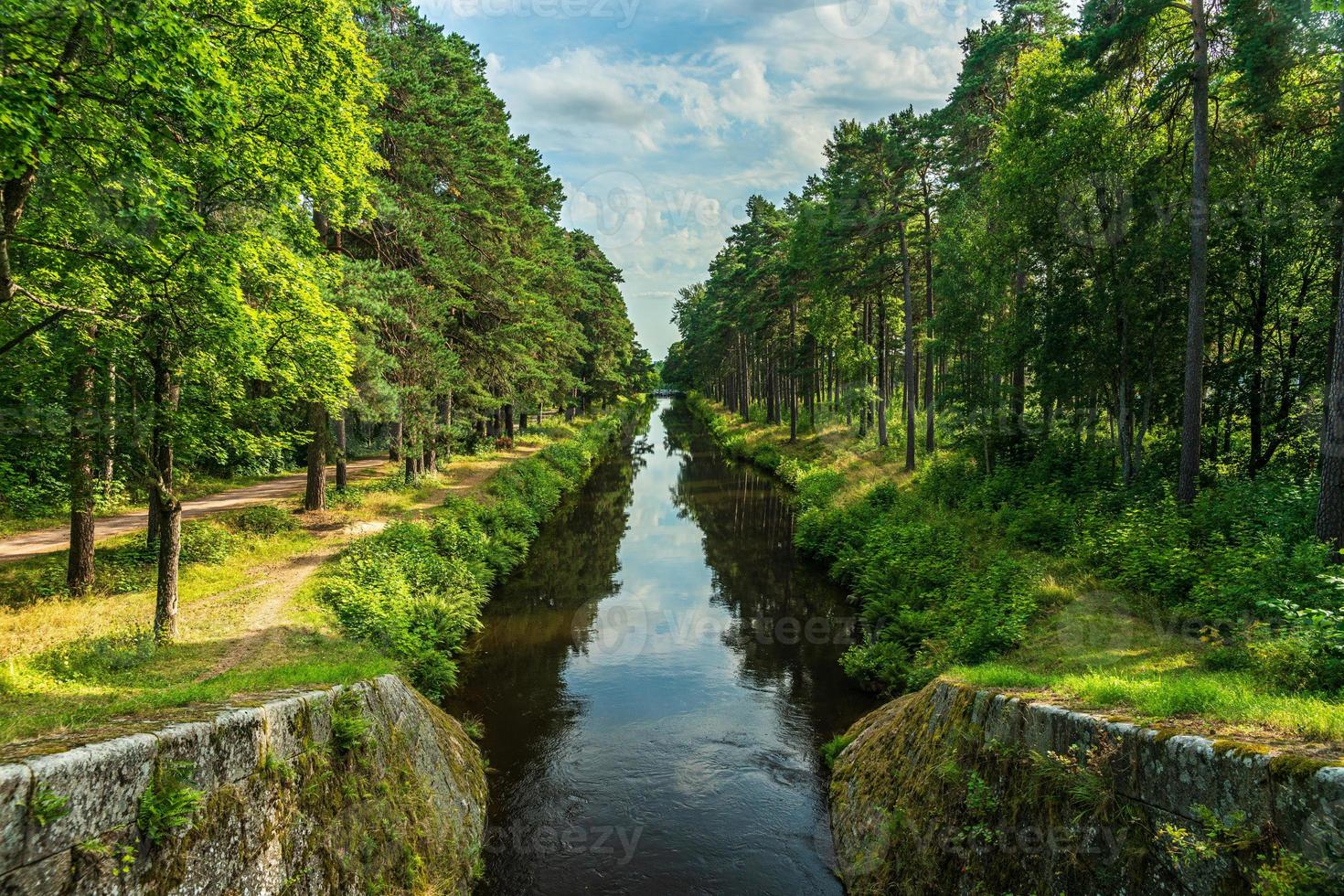 Hermosa vista de verano desde el canal Stromsholms en Suecia foto