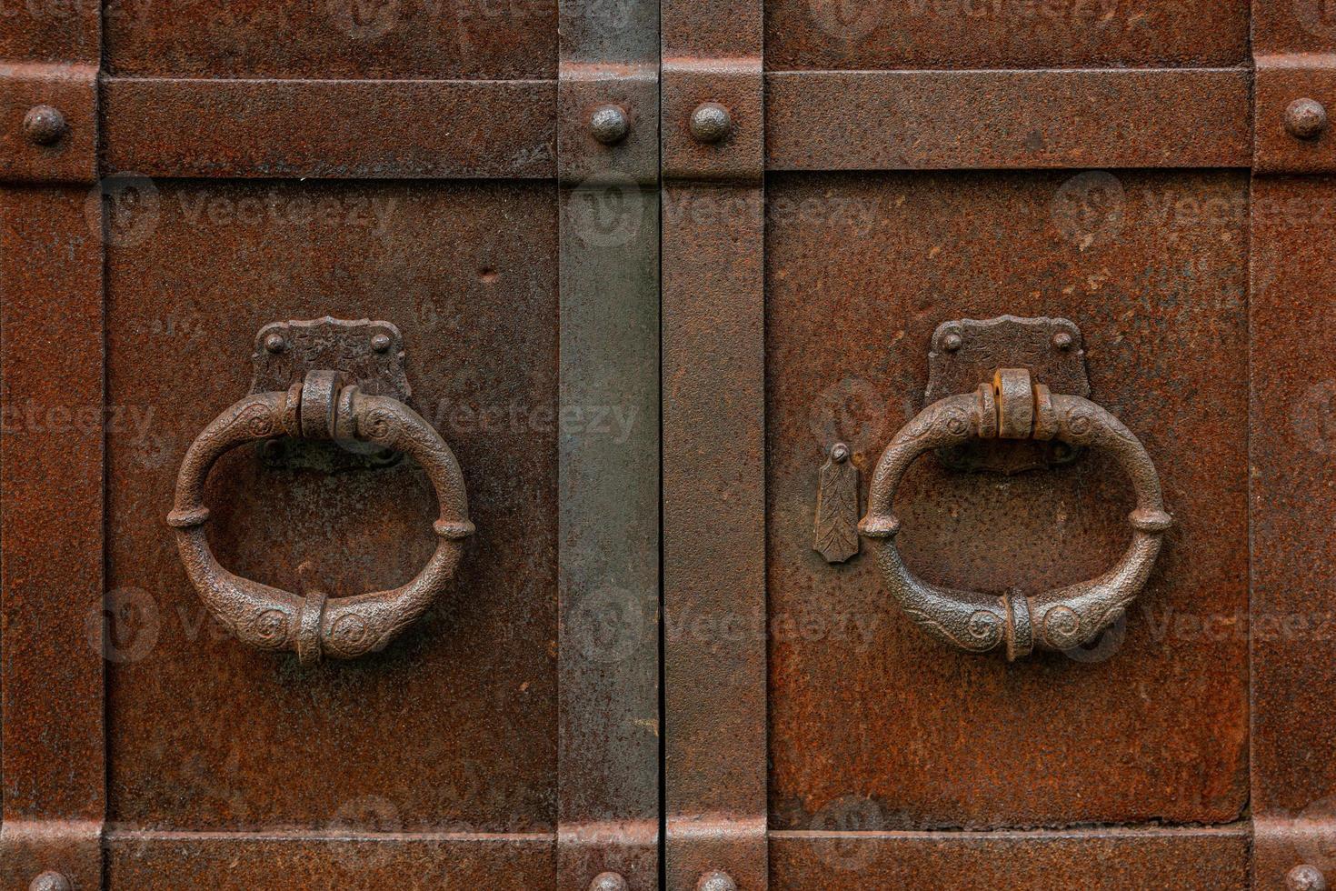 Par de manijas de puerta de hierro oxidado viejo foto