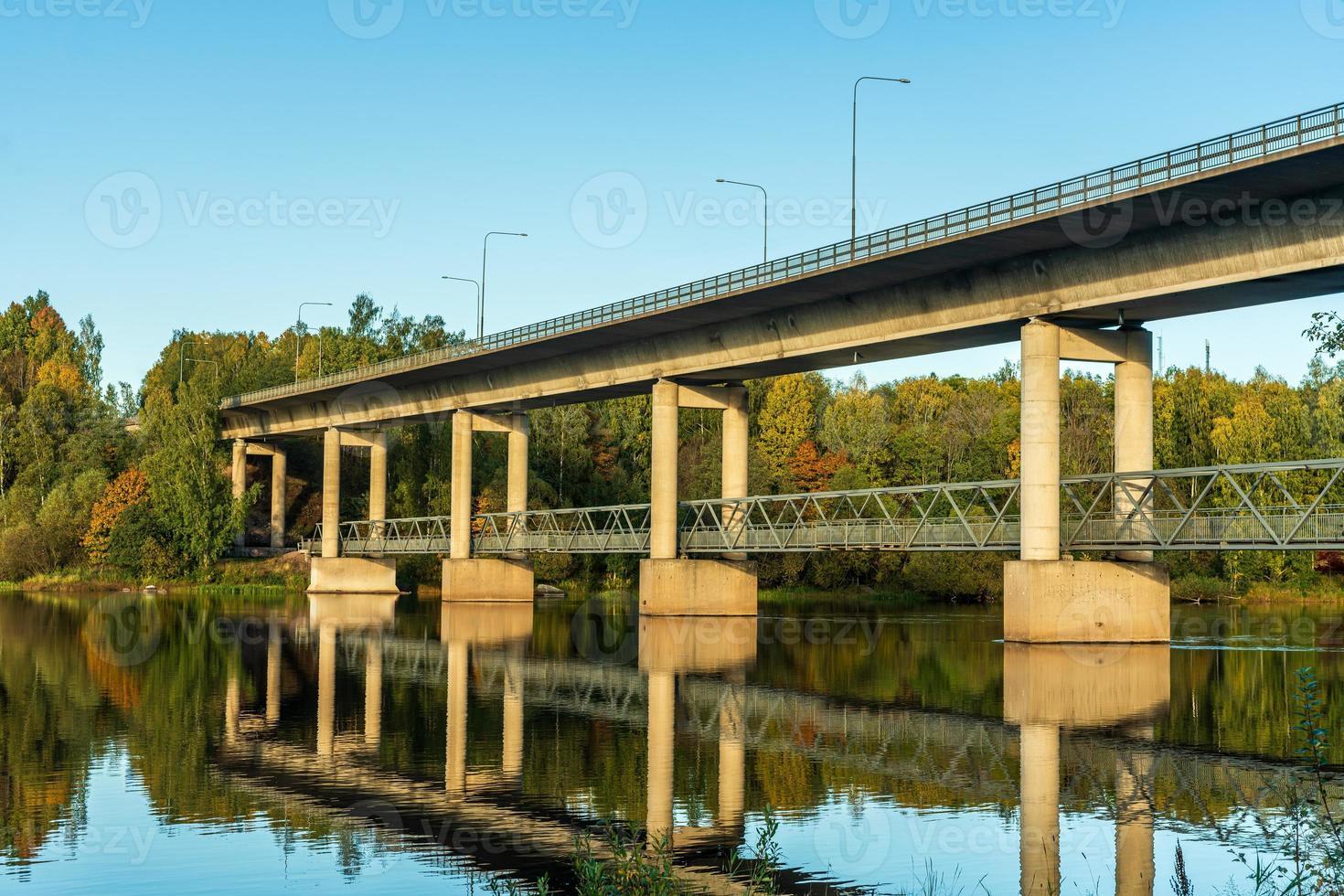 Puente que cruza el río Dal en Suecia foto