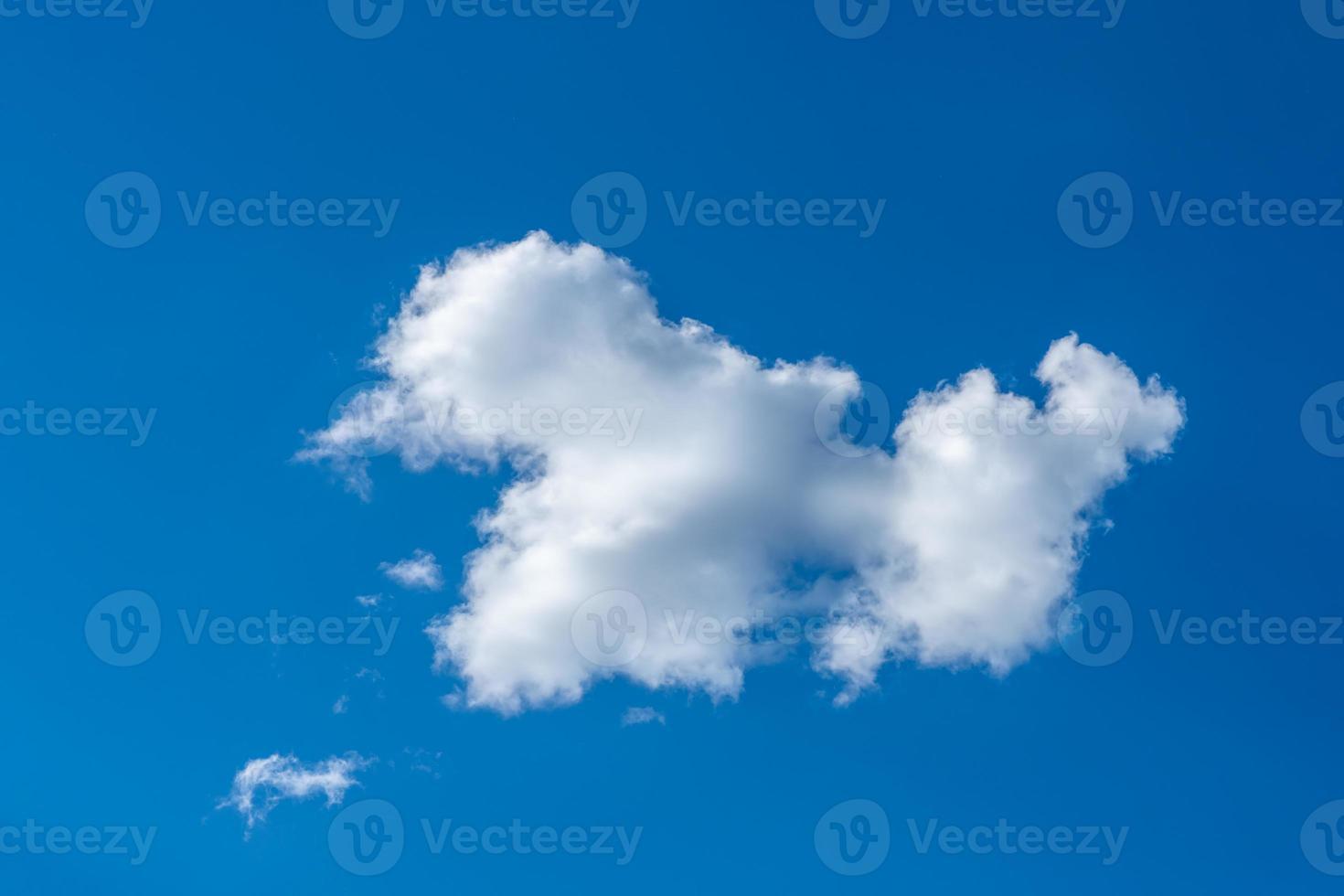 nube blanca en la luz del sol en un cielo azul de verano foto