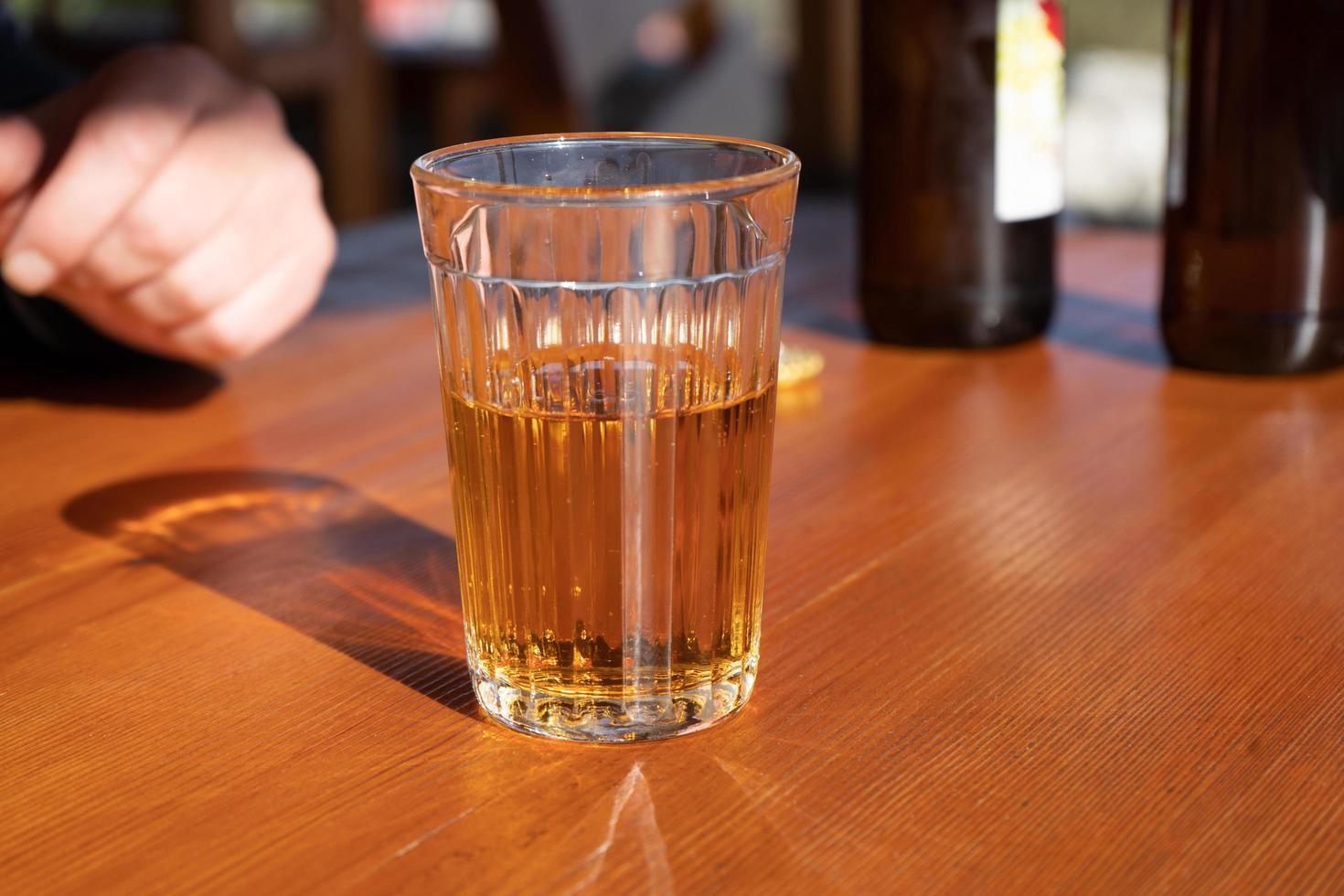 un vaso de limonada en la superficie de madera de la mesa foto