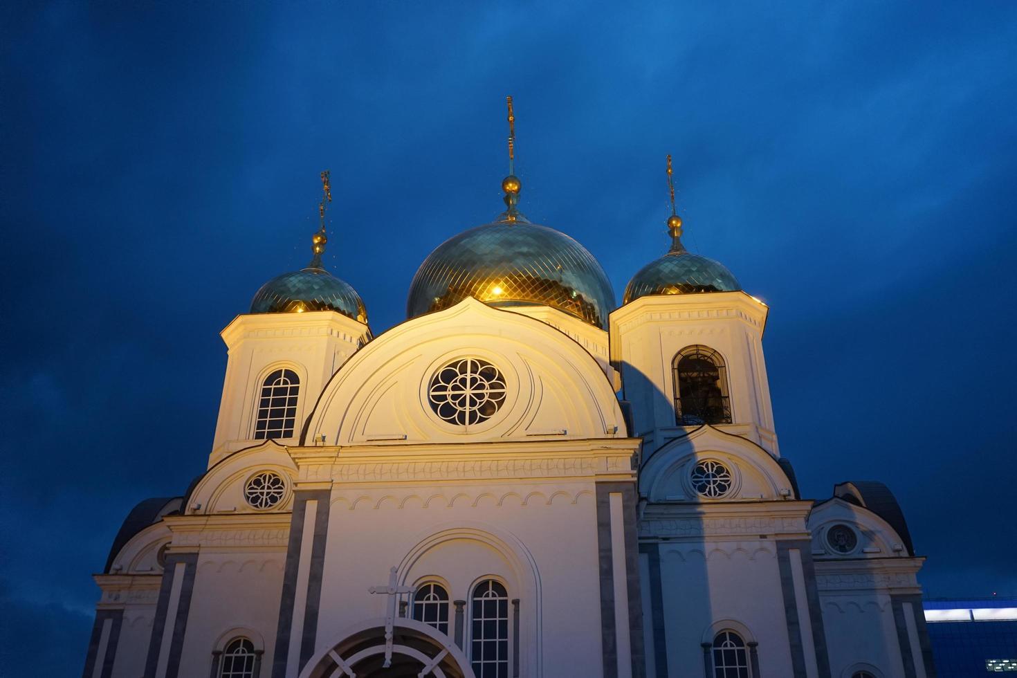 iglesia cristiana contra el cielo de la tarde. krasnodar foto