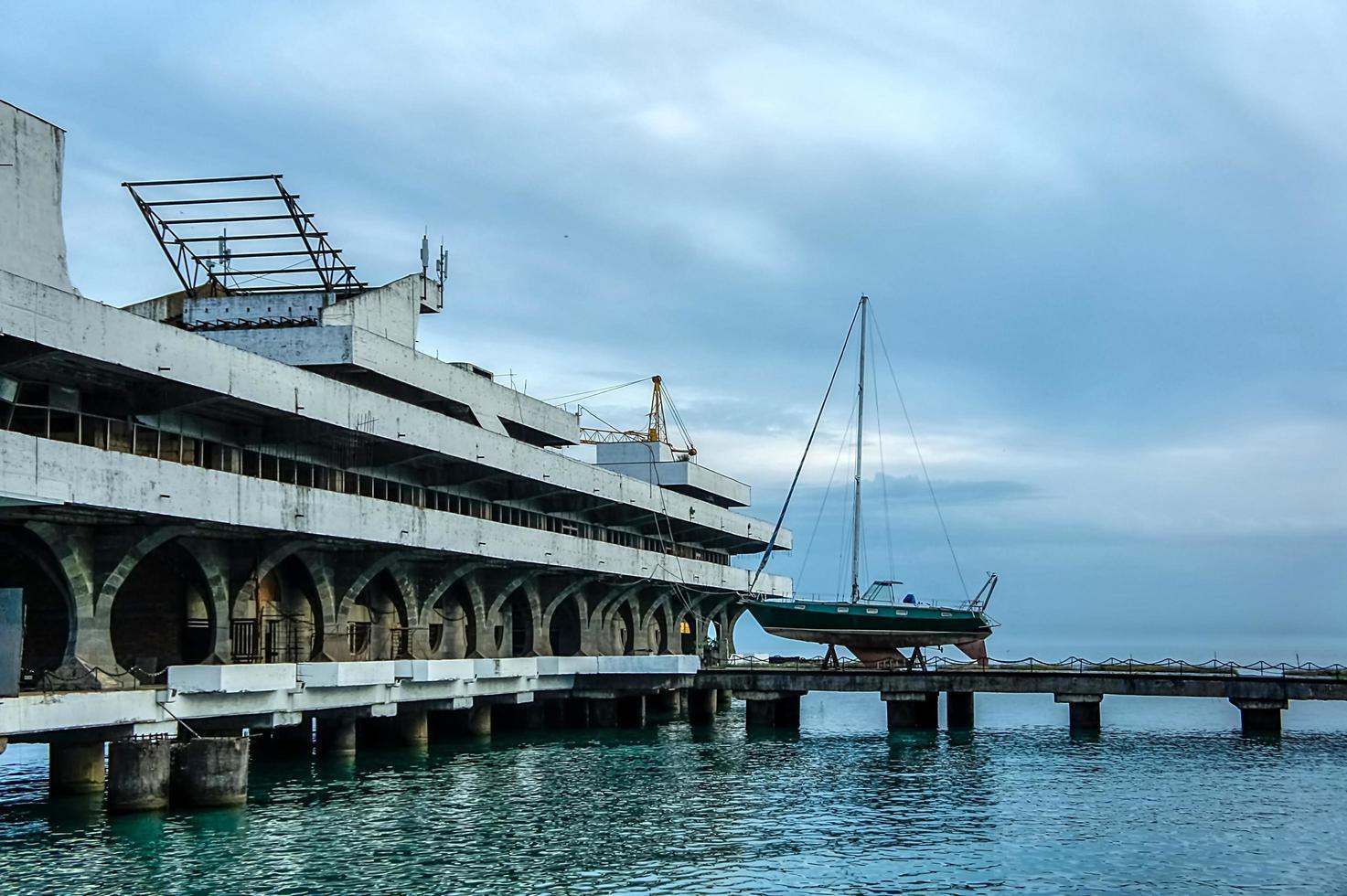 estación marítima en sujumi, abjasia. foto