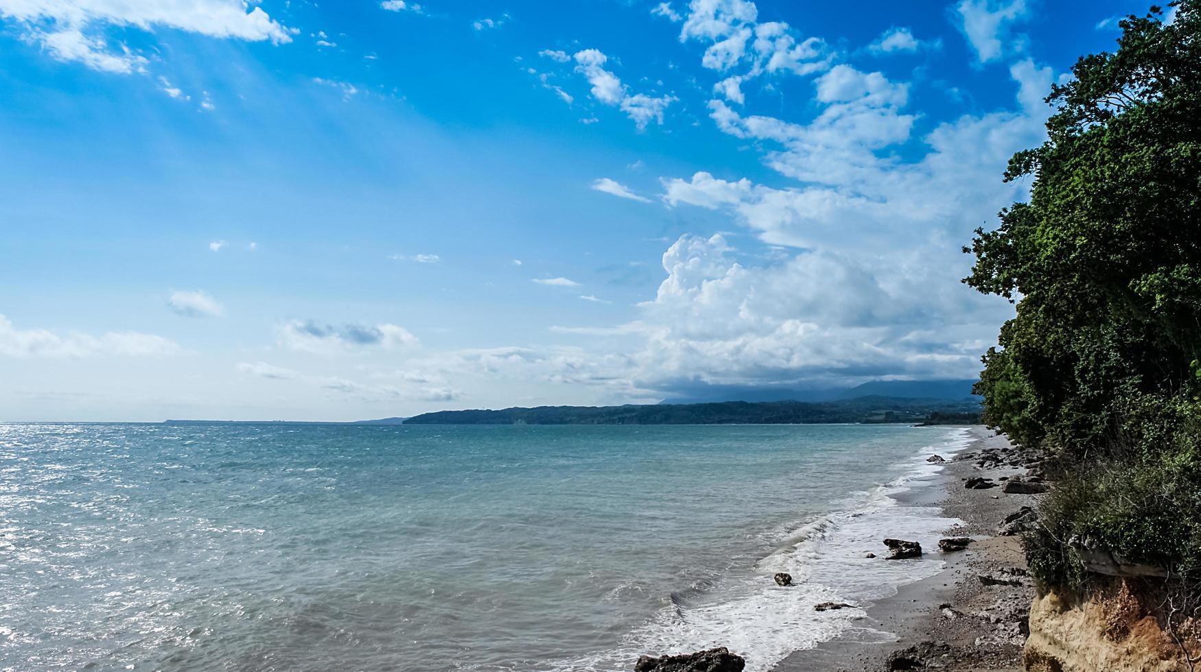 paisaje marino con una playa de guijarros en abjasia foto