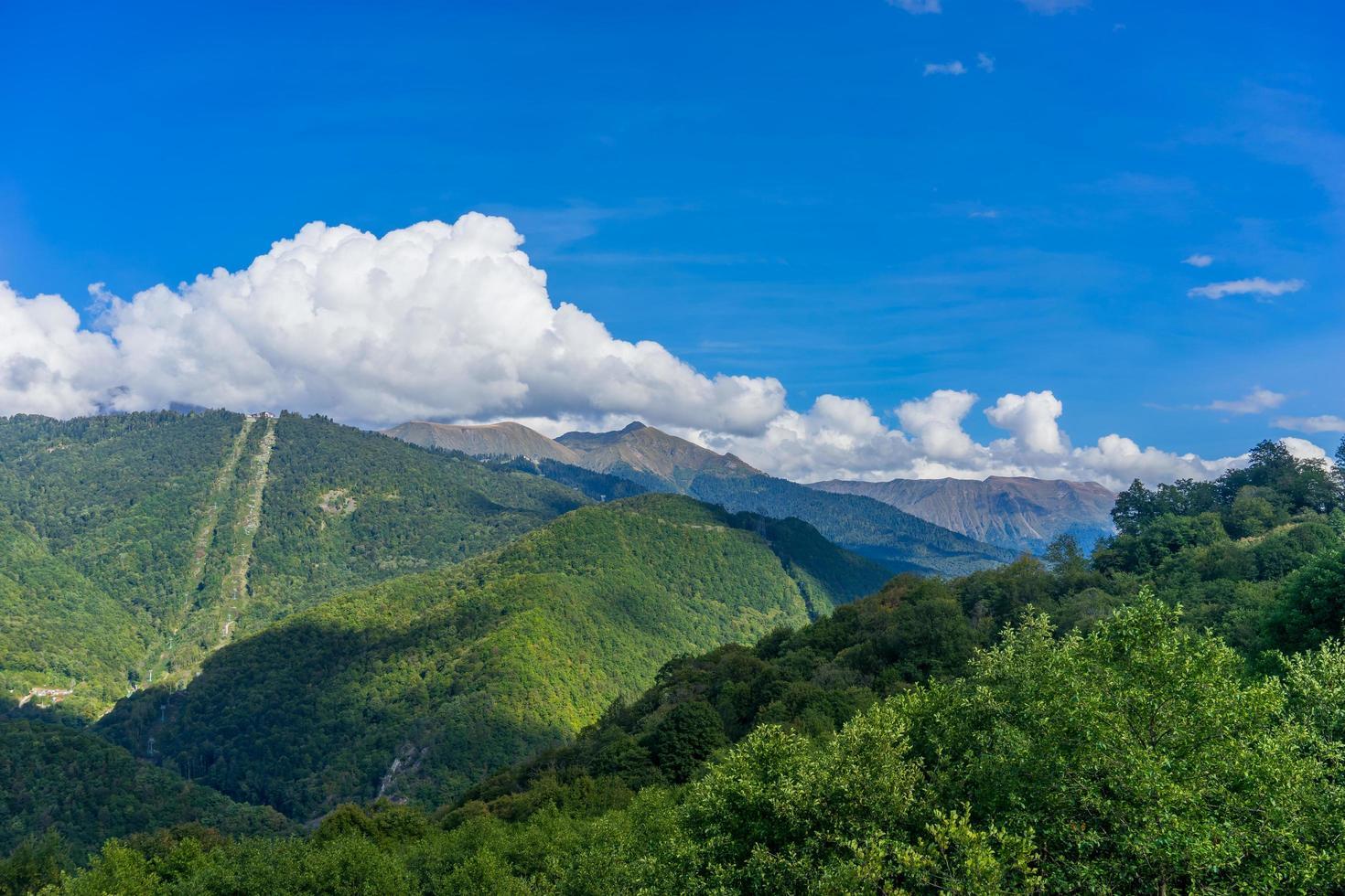 paisaje de montaña contra el cielo azul nublado foto