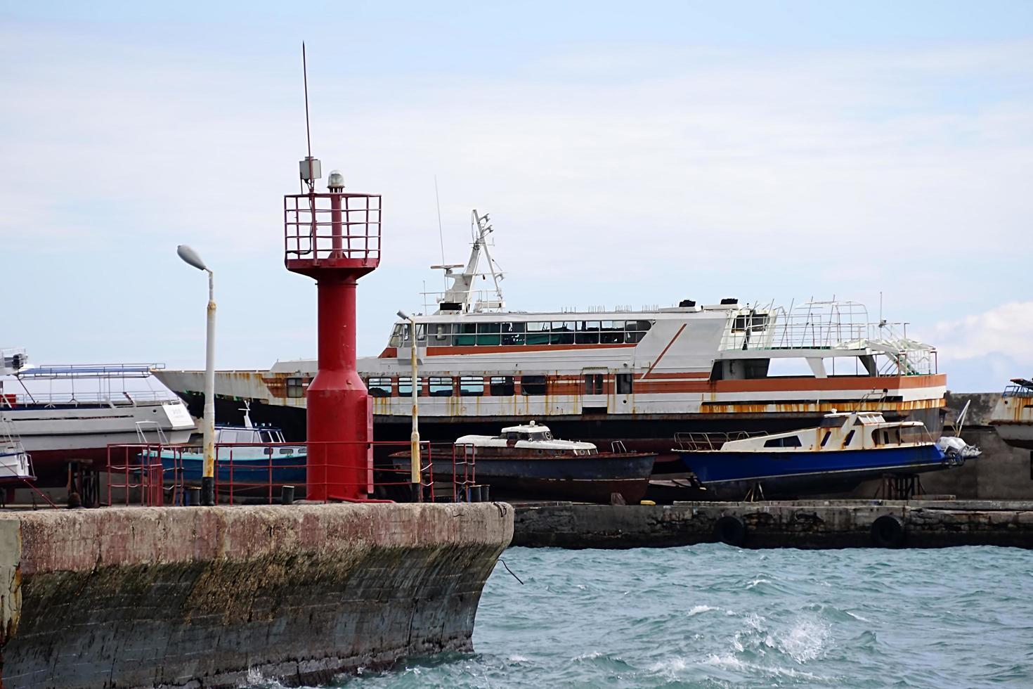 paisaje con vistas al puerto deportivo y los barcos antiguos. foto