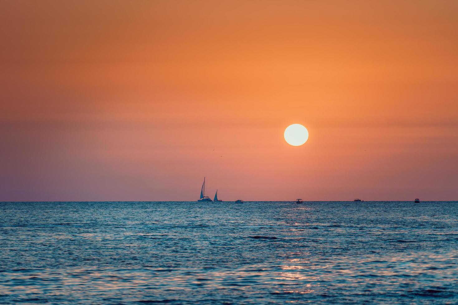 brillante puesta de sol en el mar de fondo mar foto