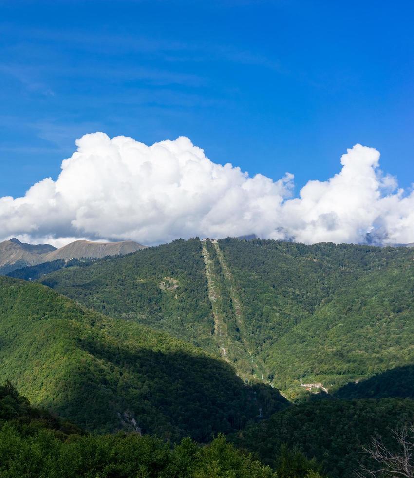 hermoso paisaje de montaña sobre fondo de cielo azul con nubes foto