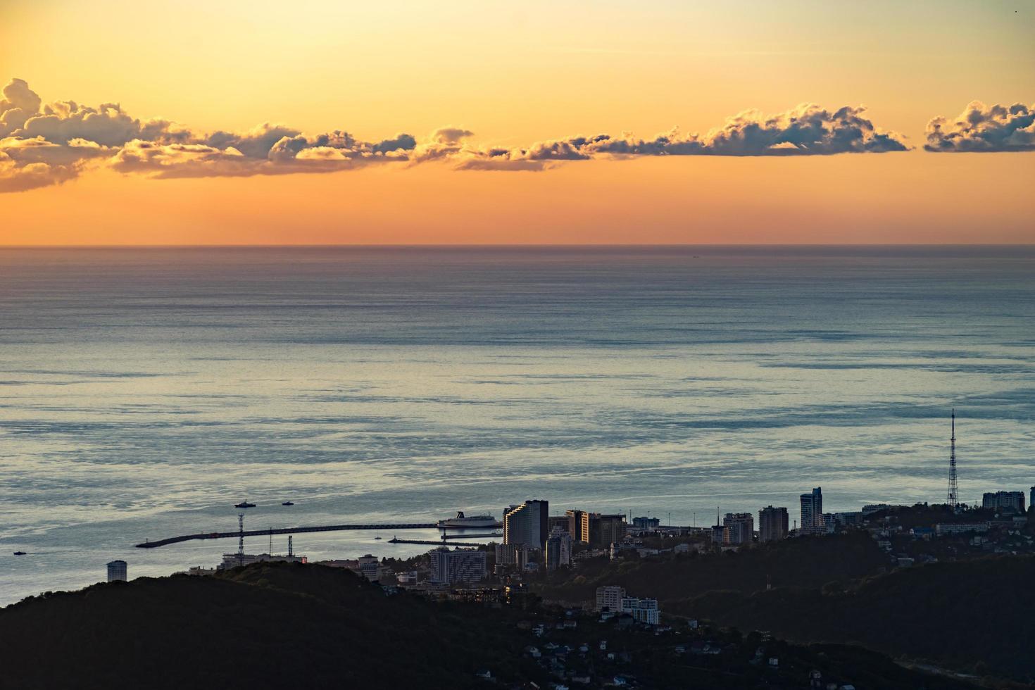 la costa de la ciudad de sochi y el mar negro foto