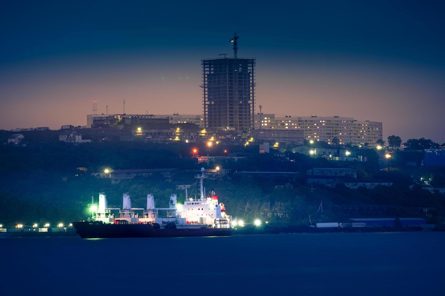 paisaje urbano con vista a la ciudad nocturna. foto