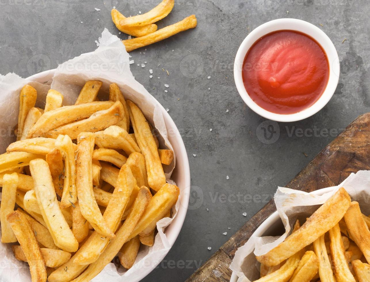 Vista superior del tazón de papas fritas con salsa de tomate foto