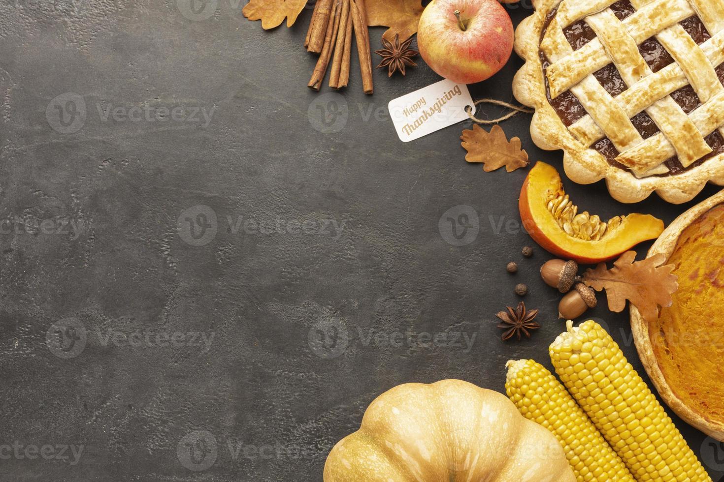 Vista superior de tarta y manzanas sobre fondo de estuco foto