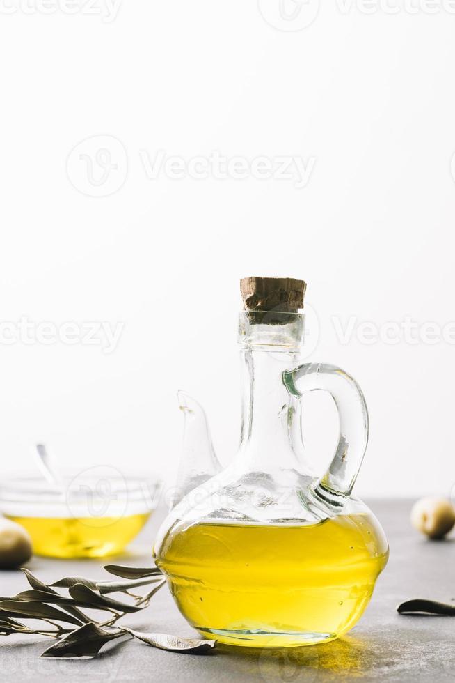 botella de aceite de oliva de tiro vertical foto