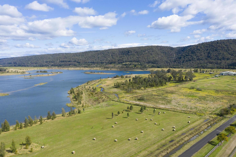 Fotografía aérea de un gran depósito de agua dulce cerca de Castlereagh en Nueva Gales del Sur en la región de Australia foto
