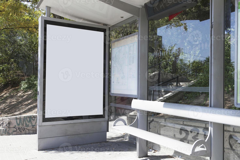 Simulacros de cartelera con caja de luz vacía en la parada del autobús foto