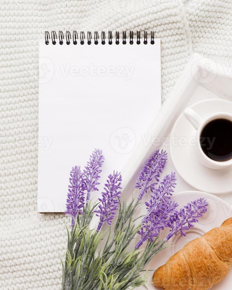 cuaderno al lado de la bandeja con desayuno foto