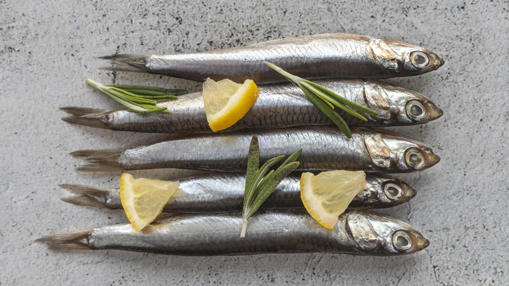 pescado crudo con limon foto
