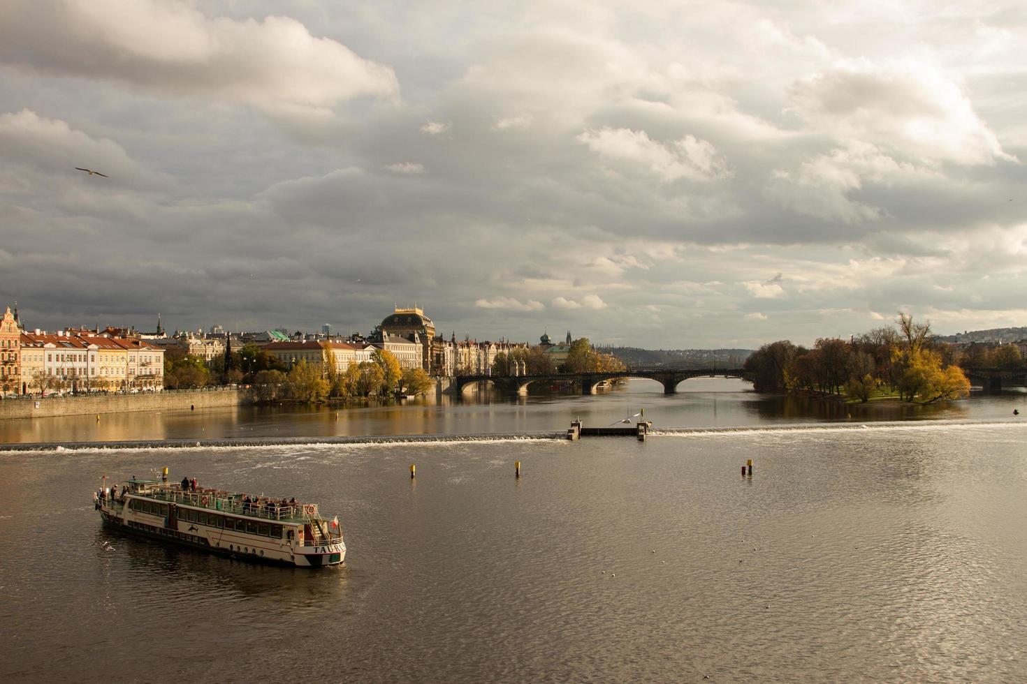 praque, república checa, 2021 - barco en el río vltava foto