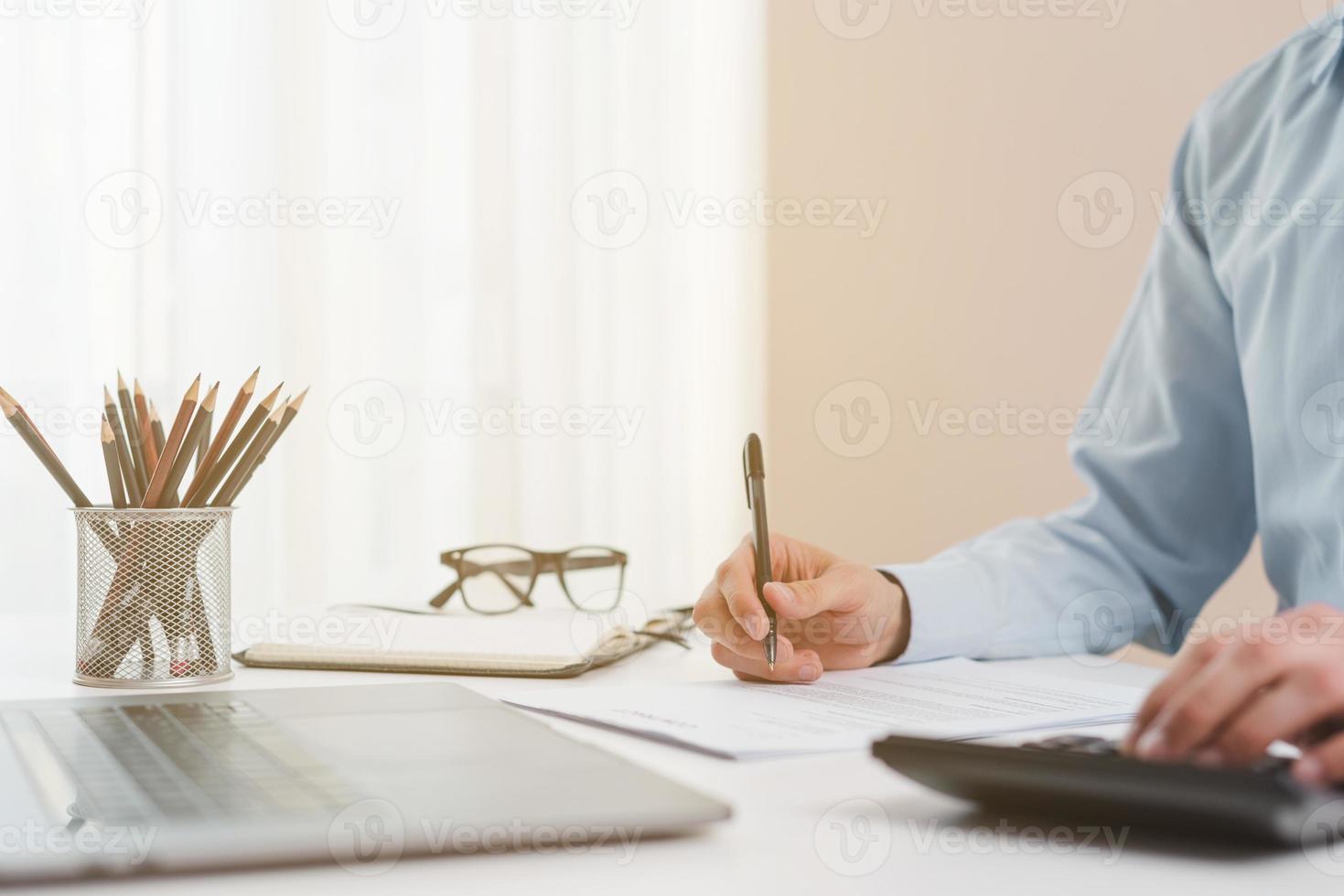 escritorio de oficina con laptop cerca del empresario foto