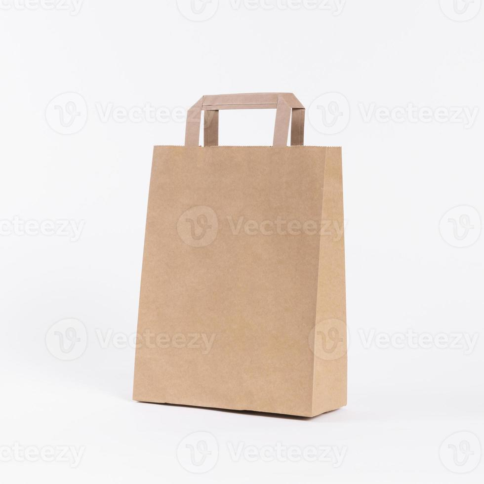 Bolsa de papel para compras sobre fondo blanco. foto