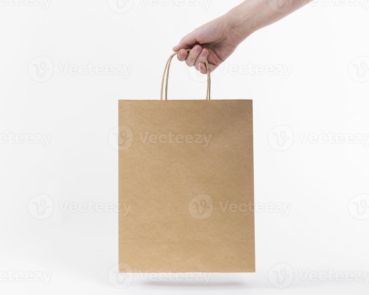 bolsa de papel con la mano foto