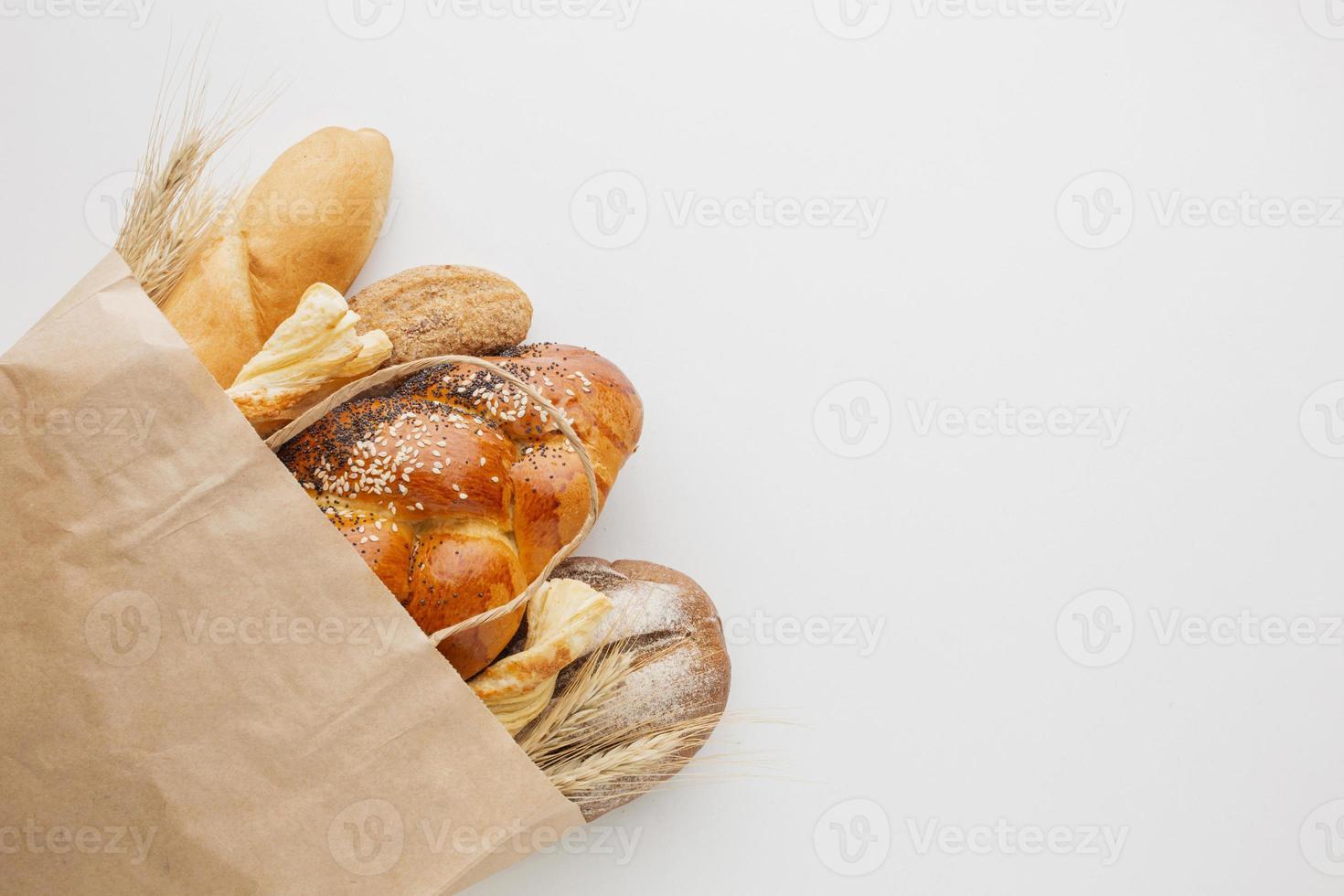 bolsa de papel con variedad de pan foto