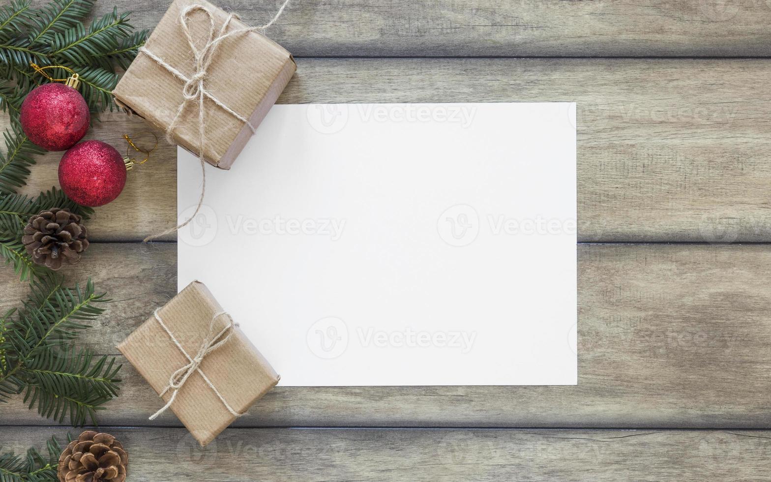 espacio de copia de papel cerca de regalos y rama de abeto foto