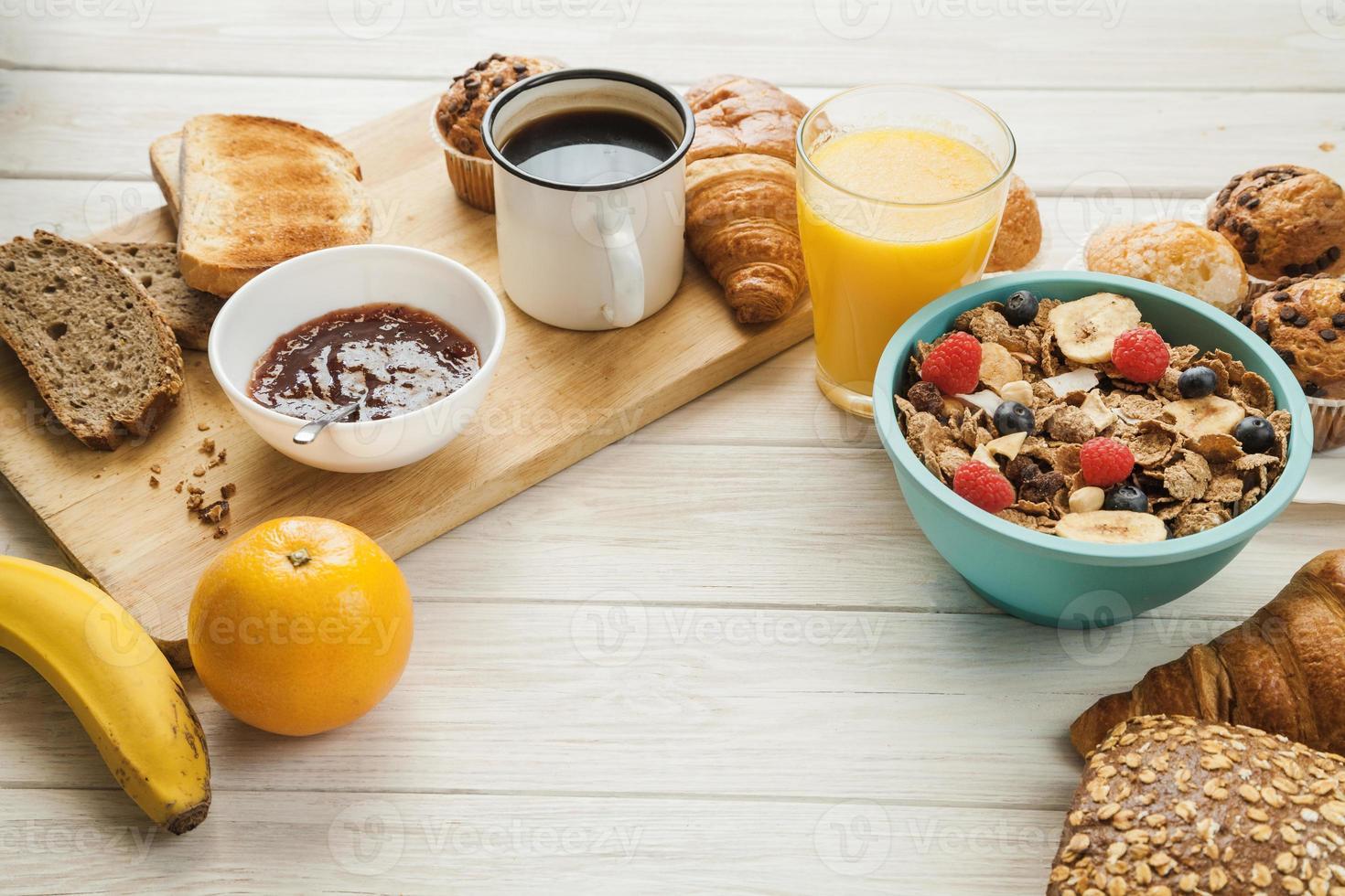 pasteles y diferentes alimentos para el desayuno. foto