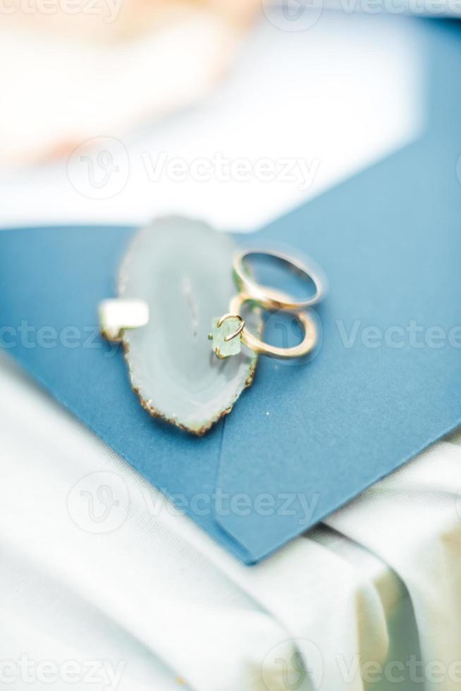 anillos de boda de oro en la concha del mar foto