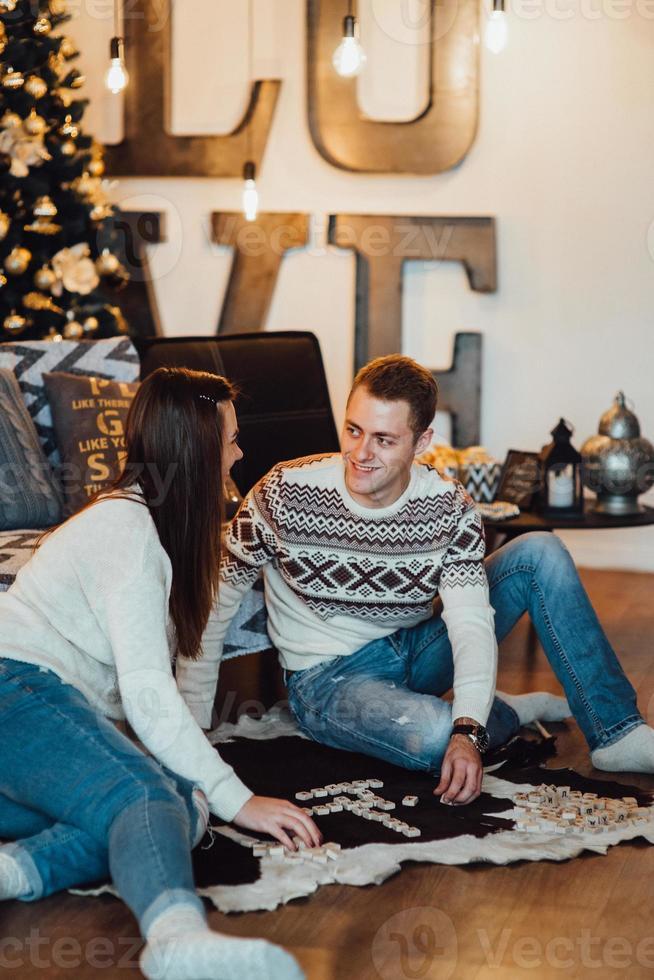 chico y chica celebran el año nuevo juntos y se dan regalos foto