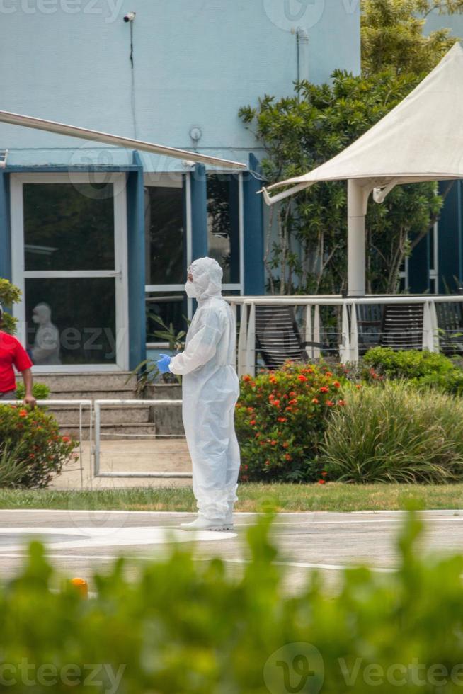 Hombre con ropa protectora contra el coronavirus en río de janeiro. foto
