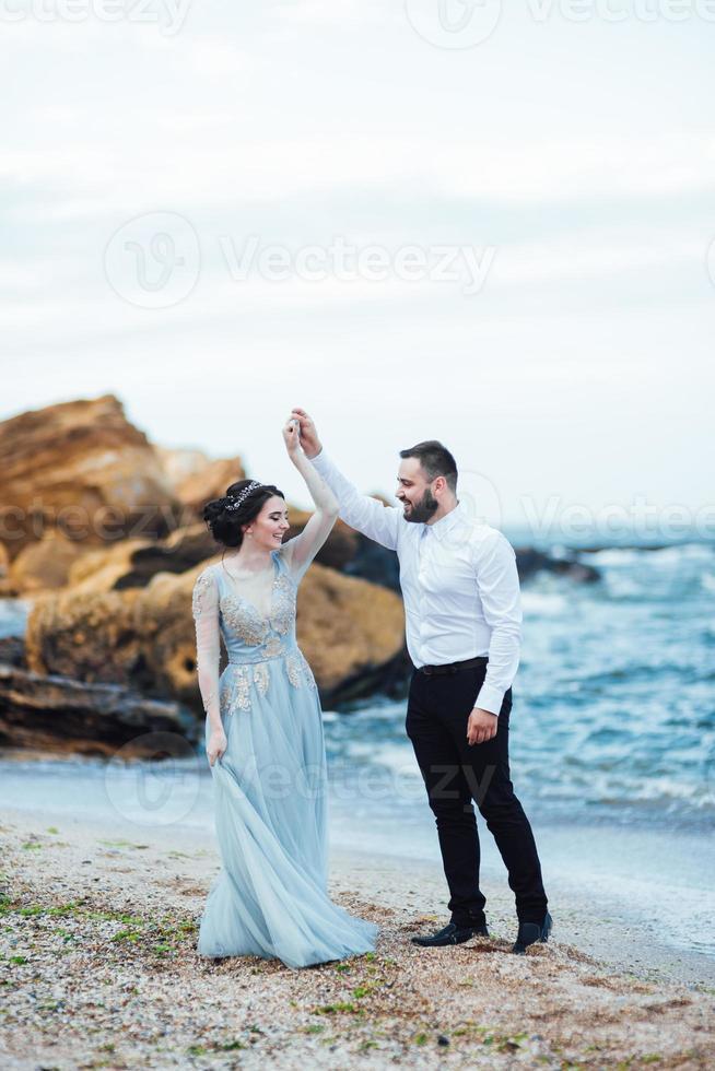 misma pareja con una novia con un vestido azul a pie foto