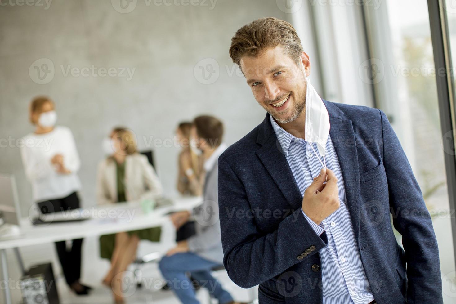 sonriente, hombre de negocios, quitarse, máscara foto