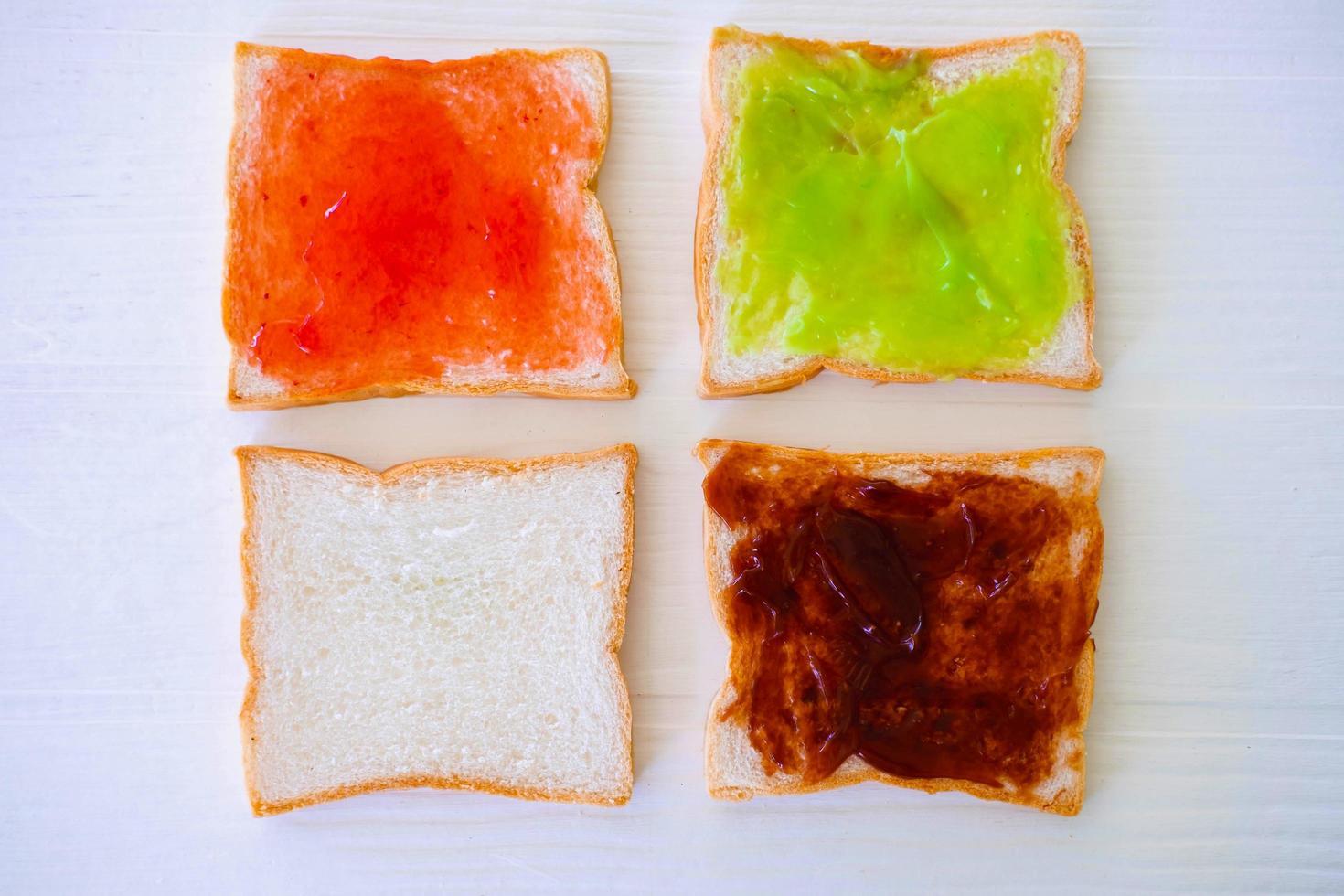 tostadas de pan con mermelada sobre un fondo blanco. foto