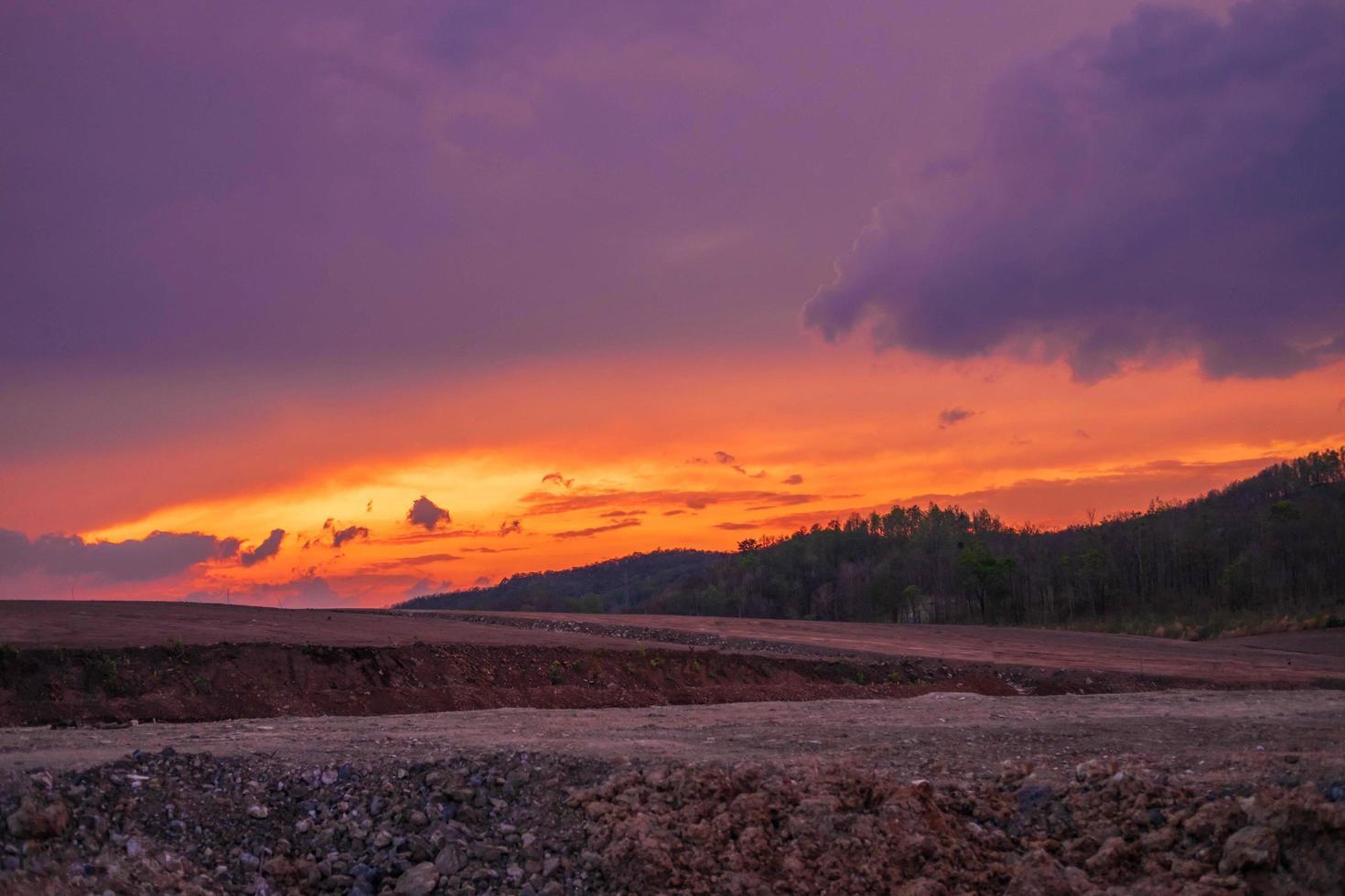 vista a la montaña y puesta de sol. foto