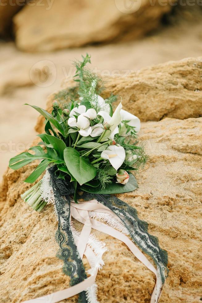 ramo de novia de rosas se encuentra sobre una piedra arenisca foto