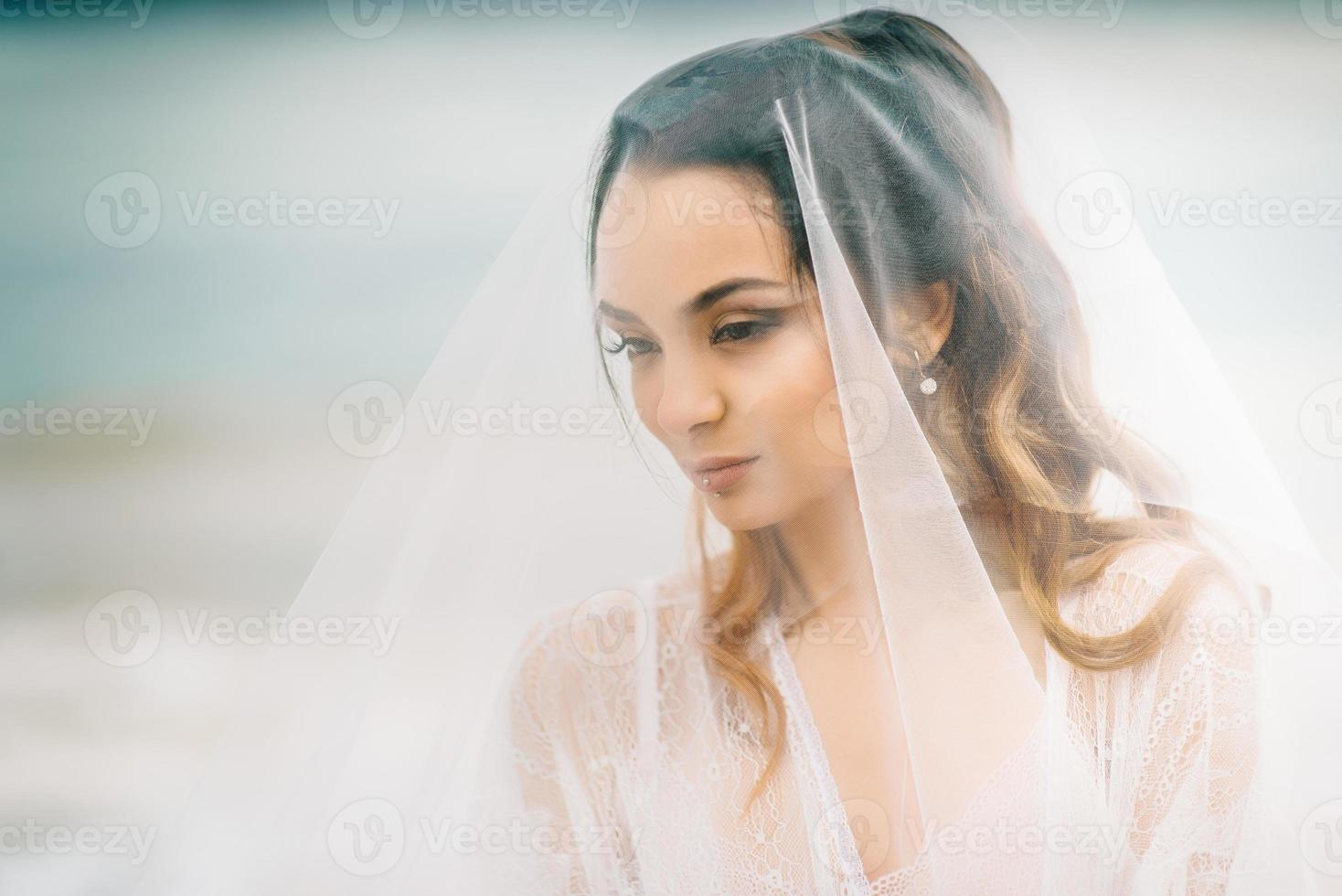 primer plano de la novia bajo un velo foto