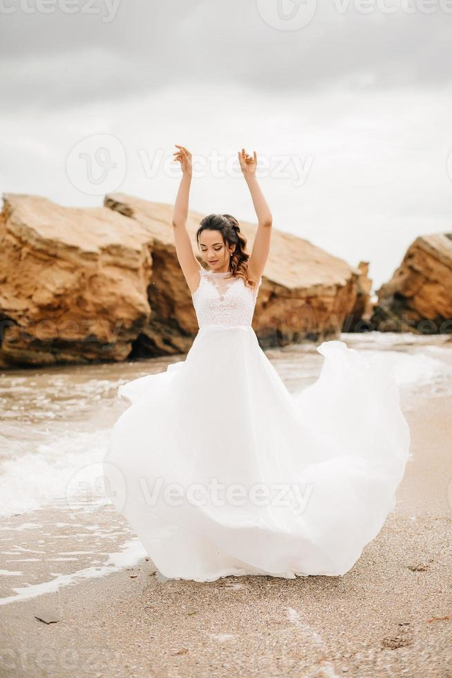 pareja joven, novio, con, la novia, en, un, playa arenosa foto