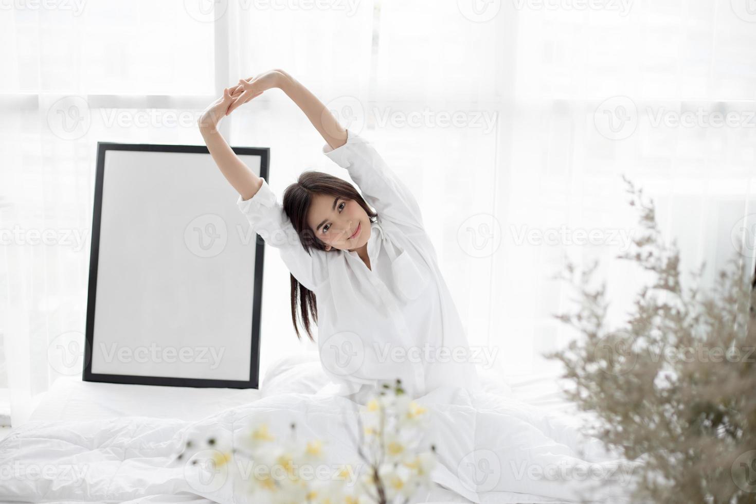 mujer asiática, estirar, en cama foto