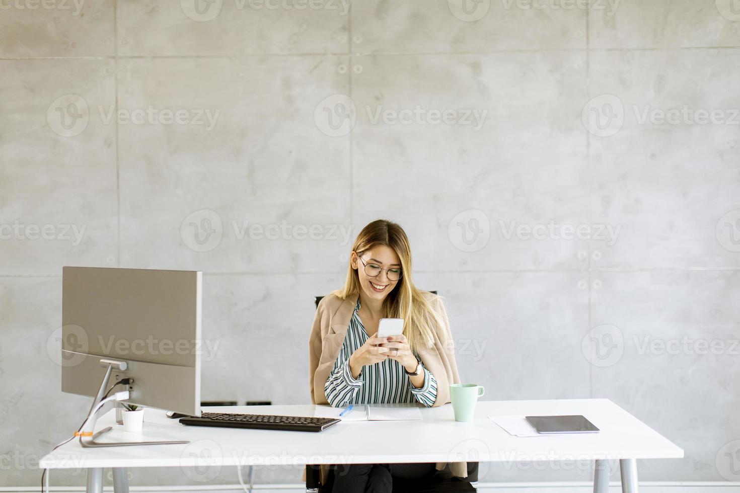 mujer de negocios, en el escritorio, con, espacio de copia foto