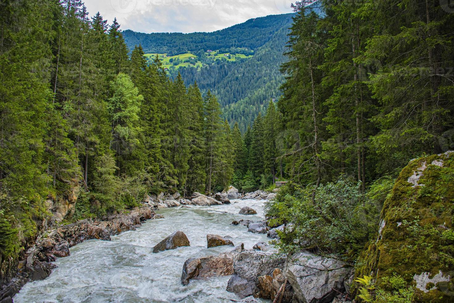 Río alpino otztaler ache en el Tirol austríaco foto