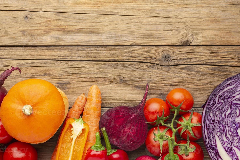 Ver arriba verduras en mesa de madera foto