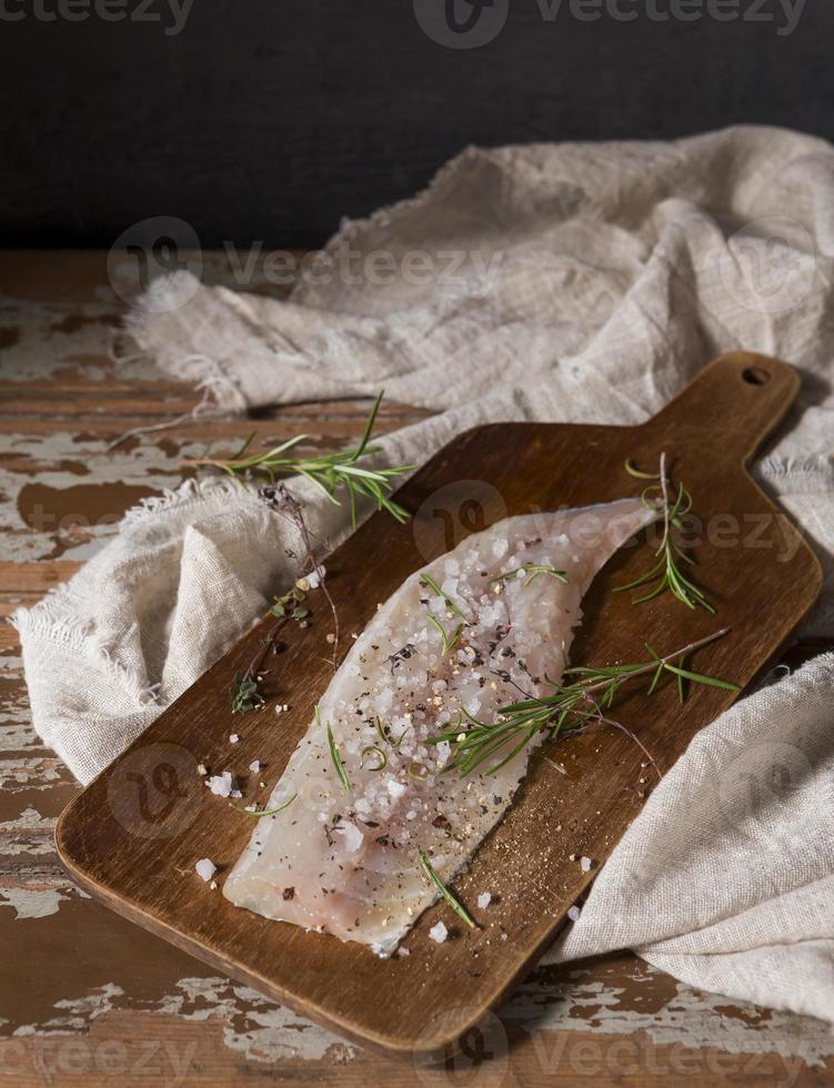 composición de pescado crudo para cocinar foto