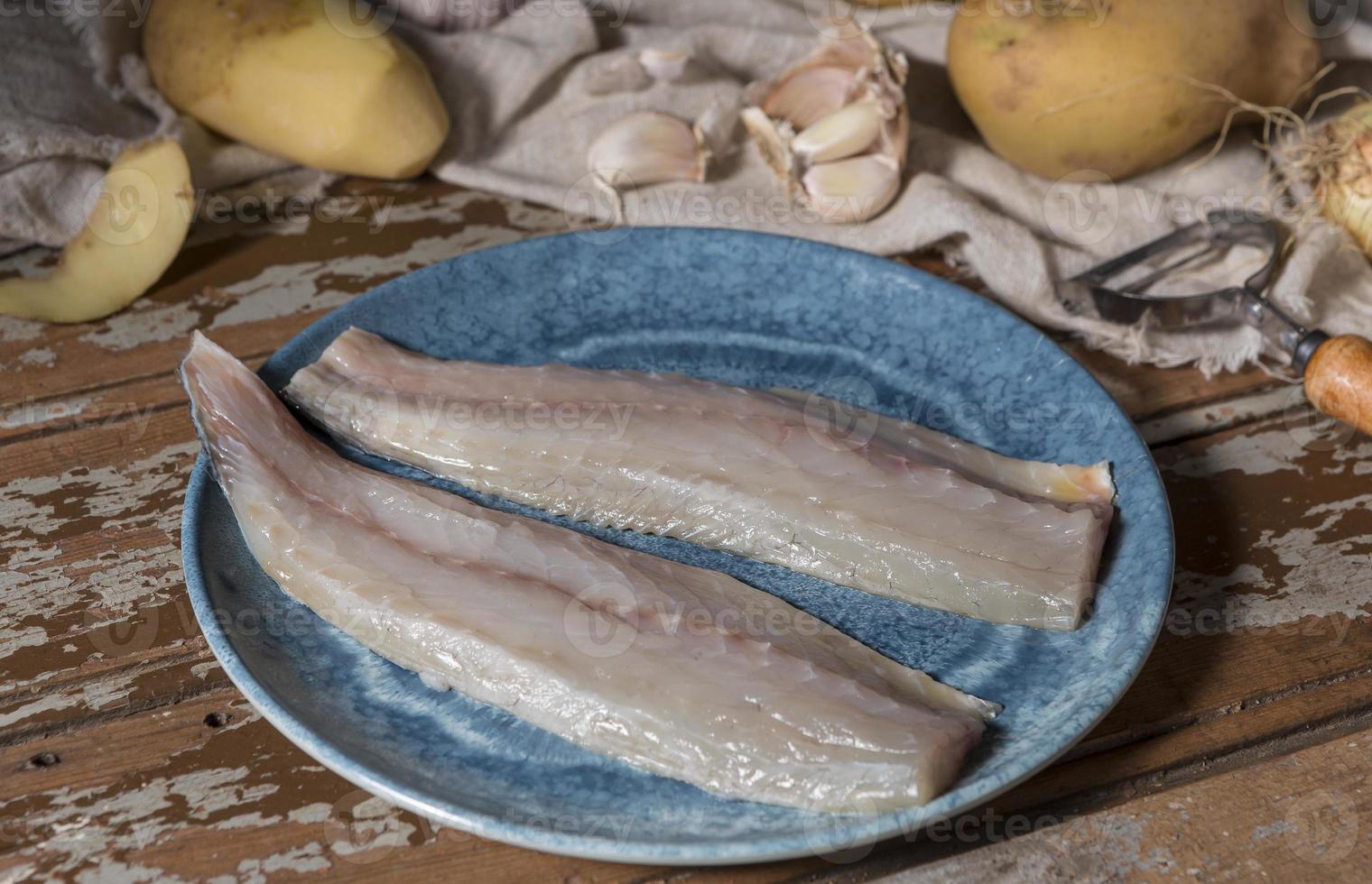 arreglo de pescado crudo para cocinar foto