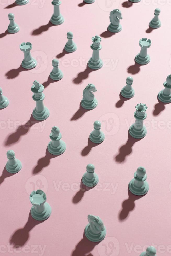 piezas de ajedrez blancas sobre fondo rosa foto