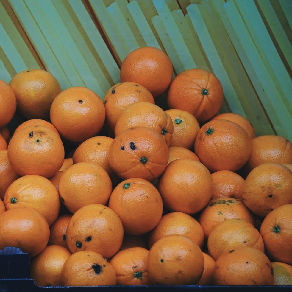 sabrosas naranjas frutas en la tienda foto