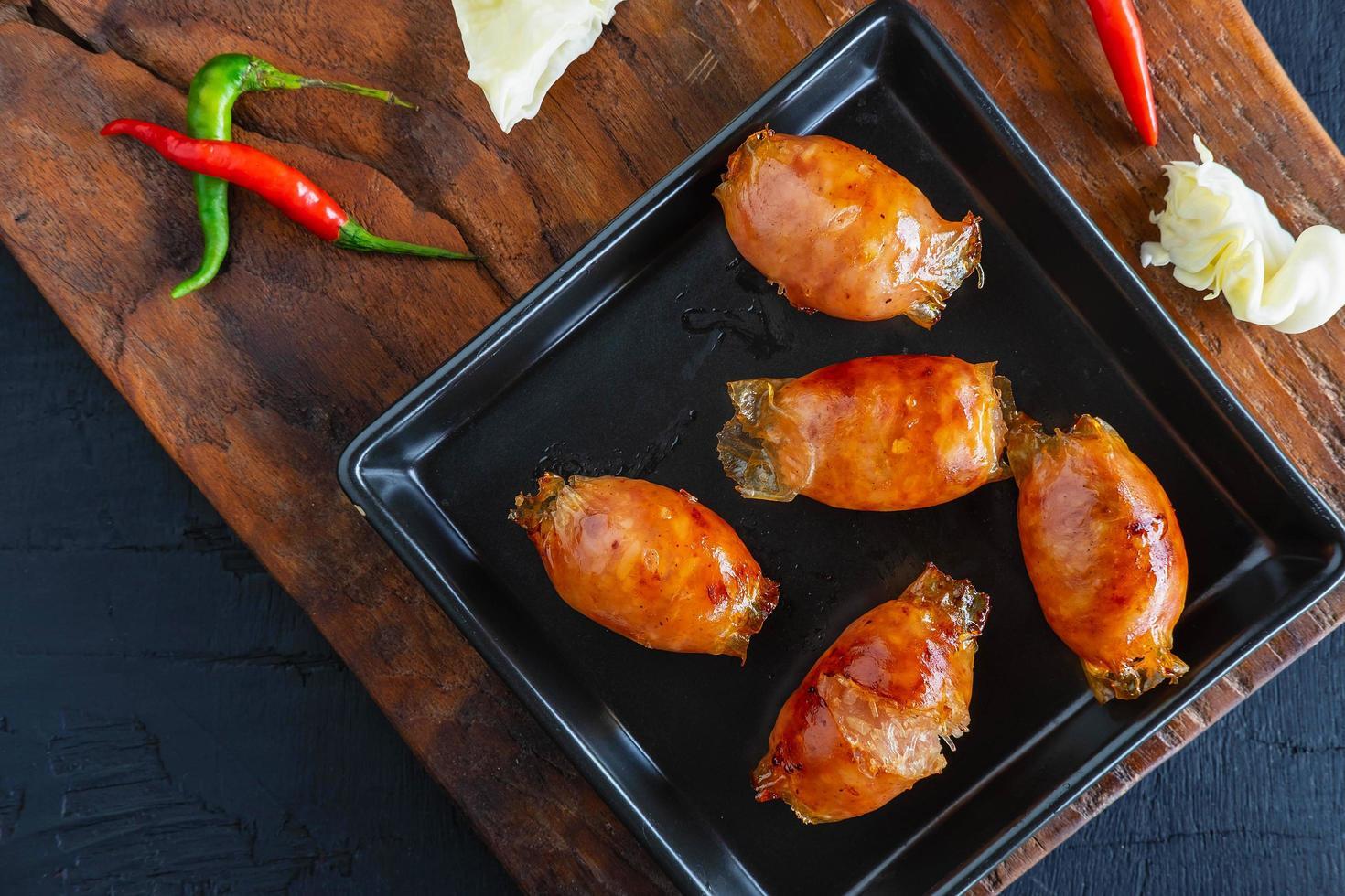 Salchichas caseras fritas en una sartén foto