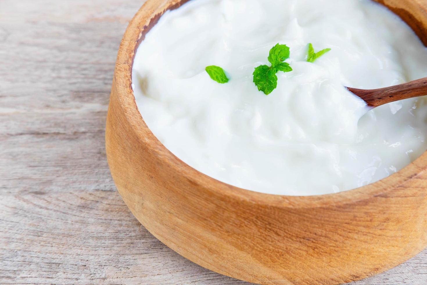 Yogur natural saludable en una mesa de madera foto
